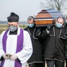 Laidotuvės per karantiną: ar laidoja savą, paaiškėja tik prie kapo duobės