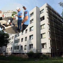 Gyventojų rūpestis – renovuojamas namo stogas