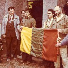 Patikėta: atnešta iš Arkikatedros bazilikos vėliava buvo perduota į K.Uokos ir A.Patacko rankas.
