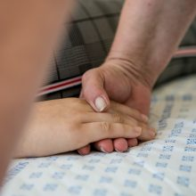 Nuoširdumas: ranka rankoje – tai slaugytojų reiškiamas palaikymas ir stiprinimas dvasiškai.