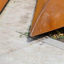 Gėlynas prie savivaldybės – ir vėl akiratyje: bjauroja naująjį grindinį
