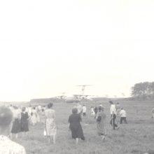 Atskraidino: prie lėktuvo – minia žmonių. Galybė jų matyti ir pro atdaras lėktuvo Krovinių skyriaus duris lėktuvo viduje.