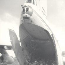 Istorinė: ant nusileidimo tako Kėdainių aerodrome stovi lėktuvas, parskraidinęs tremtinių palaikus iš Igarkos. Lėktuvo link skuba  jo laukusieji iš visos Lietuvos. 1989 m. liepos 28 d.