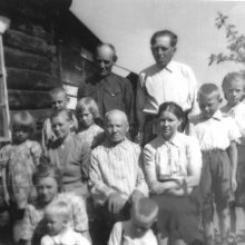 Tremtyje: M.Šidiškienė <span style=color:red;>(stovi antra nuo lango)</span> su savo gausia šeimyna, tėvuku ir giminaičiais Taljanuose.