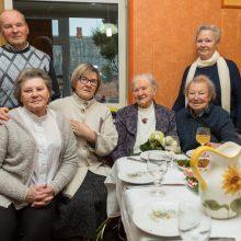Artimieji: Marija su ją sveikinti atvykusiomis dukromis, sūnumi ir sese <span style=color:red;>(sėdi dešinėje)</span>.