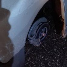 Lūžo: kelionėje tiesiog nulėkė automobilio ratas.
