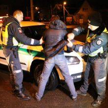 """Girto jaunuolio vairuojamas """"Opel"""" kliudė namo tvorą, kaltininkas dar bandė sprukti"""