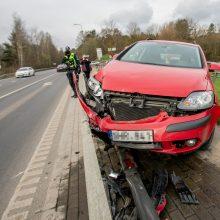 """Prie Kauno hidroelektrinės ant atitvaro pavojingai pakibo moters vairuojamas """"Volkswagen"""""""