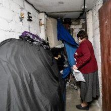 Kaimynai nebežino, ko griebtis: atliekomis ir daiktais užgriozdintas butas ir rūsys