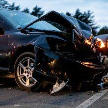 """Girto vairuotojo """"Volvo"""" neišsiteko gatvėje – kliudė stovintį """"Mercedes-Benz"""""""