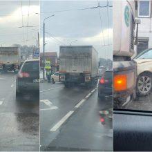 Vilijampolėje taranuotas stulpas apgadino sunkvežimį, kaltininkas paspruko