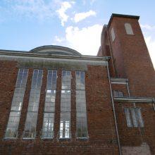 Palikimas: Pažėrų Švč. Jėzaus Širdies bažnyčia buvo pabaigta tik atgavus nepriklausomybę. Nuotraukoje dešinėje – kolonomis įrėmintos zakristijos durys.