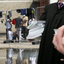 Teisininkų, dirbsiančių su nelegalia migracija, atlyginimas sieks vos 760 eurų?