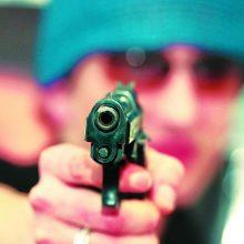 Mama pranešė, kad jos 15-metei dukrai, kaip įtaria, šautuvu grasino neblaivus jaunuolis