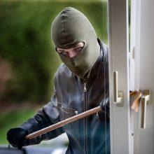 Vagys apšvarino kauniečių namus: išsinešė seifą su ginklais ir pinigais