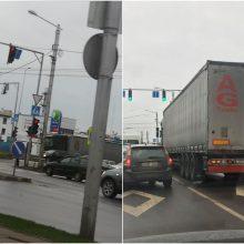 Judrioje Kauno sankryžoje – netikėta kliūtis: eismas gali strigti kelias valandas