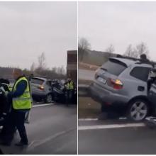 Magistralėje – stipri avarija: BMW rėžėsi į stovintį sunkvežimį