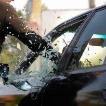 Incidentas Akmenėje: įniršę asmenys apgadino automobilį ir sumušė jame buvusius vyrus