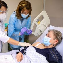 Kauno klinikose nuo koronaviruso pradėti skiepyti pacientai: jaučiamės pakylėtai