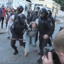 Rusijos policija atlieka tyrimą dėl pareigūno smurto prieš protestuotoją