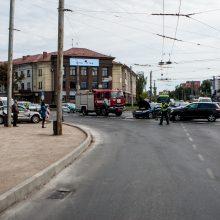 Tarsi užkeiktoje sankryžoje Kaune – masinė avarija, sužaloti trys žmonės