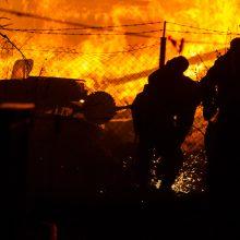 Karmėlavoje – didžiulis gaisras: liepsnas gesino sustiprintos ugniagesių pajėgos