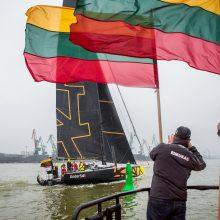 """Jachtą """"Ambersail 2"""" Klaipėda pasitiko su trispalvėmis ir lietumi"""