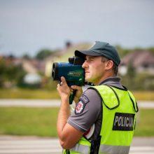 Dvigubai greitį viršijusiai vairuotojai – bauda ir teisės vairuoti atėmimas