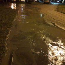 Trūkus vamzdžiui –  vanduo užtvindė gatvę