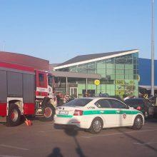 Aikštelėje prie prekybos centro susidūrė keturi automobiliai