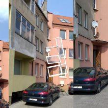 Per plauką nuo tragedijos: ant mašinų driokstelėjo seni balkono langai
