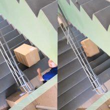 """""""Venipak"""" darbuotojo elgesys apstulbino: siuntas nuo laiptų sviedė prie klientės akių"""