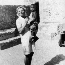 Prisiminimui: prieš daug metų ant rankų L.Ubartienės laikytas afrikiečių berniukas visai nebijojo baltosios moters.