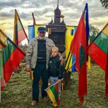 Pasididžiavimas: J.Čepas su anūku Vykintu prieš penkerius metus sugrįžo prie paties pastatyto koplytstulpio.