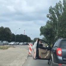 Vairuotojai gatvėje stebėjo dviejų vyrų muštynes <span style=color:red;>(vaizdo įrašas)</span>