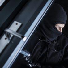Vilniuje penki asmenys apiplėšė vyrą ir užrakino jį bute