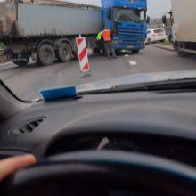 Vilniuje susidūrė du sunkvežimiai: gatvė tapo sunkiai pravažiuojama