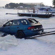 """Nuskendęs """"Subaru"""" ištrauktas iš marių dugno"""
