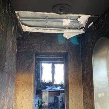 Prašo pagalbos: gaisras nusiaubė keturis mažus vaikus auginančios šeimos namą
