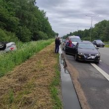 Magistralėje nuo kelio nuvažiavo ir apvirto automobilis