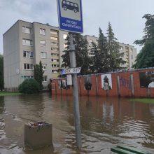 Smarki liūtis Šiauliuose: užtvindytose gatvėse skendo automobiliai, maudėsi žmonės