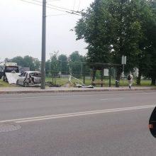 Kaune automobilis rėžėsi į viešojo transporto stotelę