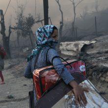 Iš degančios karantinuotos migrantų stovyklos Graikijoje bėga tūkstančiai žmonių