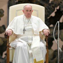 Popiežius sako nebijantis stiprinti kovos su korupcija Vatikane