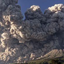 Indonezijoje ugnikalnis išspjovė didžiulį pelenų debesį