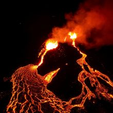 Islandijoje atsivėręs naujas vulkaninis plyšys lieja lavą
