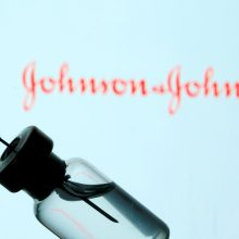"""JAV pareigūnai rekomenduoja laikinai stabdyti skiepijimą """"Johnson & Johnson"""" vakcina"""