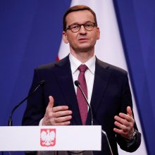 Lenkija planuoja iki gegužės pabaigos panaikinti daugumą suvaržymų dėl COVID-19
