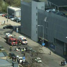 """Iš """"Europos"""" prekybos centro aikštelės iškrito automobilis: nukentėjo vairuotoja"""