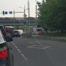 Varnių gatvėje susidūrė automobilis ir paspirtukas